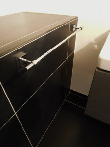 MiD: Contemporary, monchromatic bathroom
